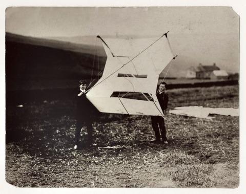 לודויג וויטגנשטיין וויליאם אקלס בתחנת העפיפונים בגלוסופ שבאנגליה, 1908                      תצלום ברשות הציבור