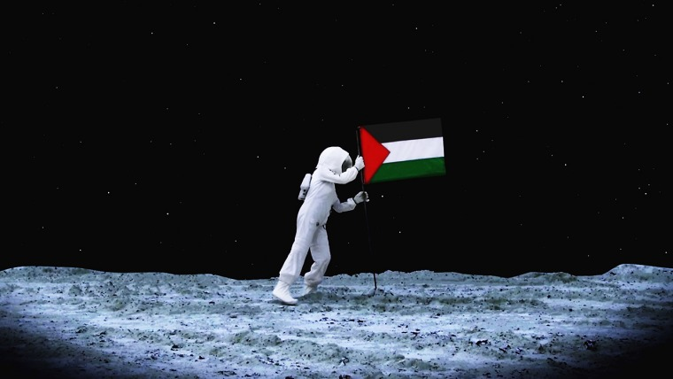 //لاريسا صنصور, اكسودوس الى الفضاء, 2009. طباعة ملونة, 67x120 سم. بلطف من الفنانة