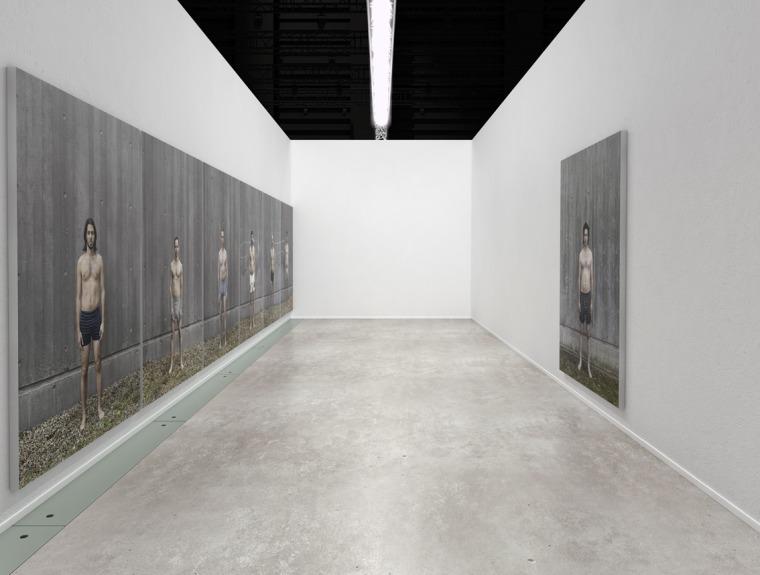 """ستيف سابيلا، مستوطنة – ستة اسرائيليين وفلسطيني واحد 2008-2010. """"متحف""""، المتحف العربي للفن الحديث، الدوحة، قطر. انشاء طباعات صور بالحجم الطبيعي, 230X164, كل واحدة تم الصاقها على ألومنيوم"""