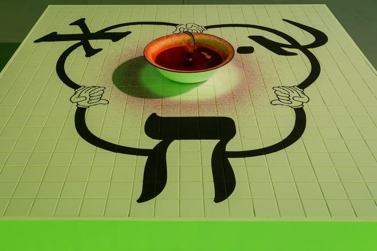 "Reverse Joy (Kha), 2012 משאבת מזרקה, פיגמנט, מים, קערת מתכת, צבע אקרילי, MDF, אריחי קרמיקה, 60X241X241 ס""מ צילום: אנדריי ואסילנקו"