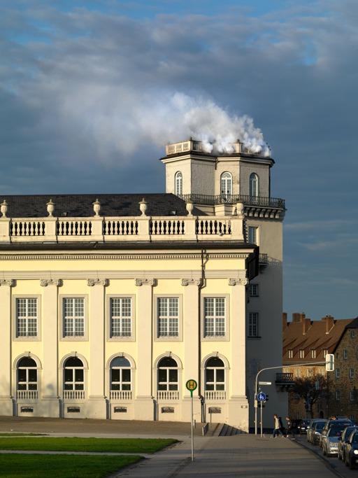 دانيئيل نور، حركة زفير، 2017، دخان ونص، تسفرنتروم، كاسيل، دوكومنته 14،  © دانيئيل نور /VG Bild-Kunst, بون 2017 تصوير: برند بونكارد